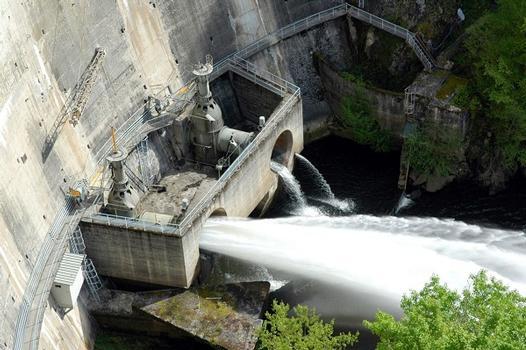 Communes de Saint-Pierre (15350, Cantal) et de Liginiac (19440, Corrèze) - barrage de Marèges , les deux vannes de fond (de type papillon)