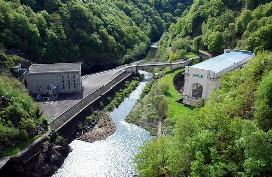 Communes de Saint-Pierre (15350, Cantal) et de Liginiac (19440, Corrèze) - barrage de Marèges , les deux centrales de production hydroélectrique