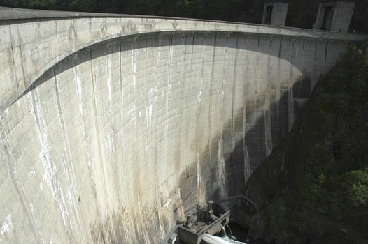 Communes de Saint-Pierre (15350, Cantal) et de Liginiac (19440, Corrèze) - barrage de Marèges , barrage-voûte à double courbure, en 1935 c'était le plus grand ouvrage de ce type en Europe