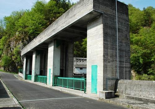 Communes de Saint-Pierre (15350, Cantal) et de Liginiac (19440, Corrèze) - barrage de Marèges , évacuateur de crues rive droite, portique de manoeuvre des vannes