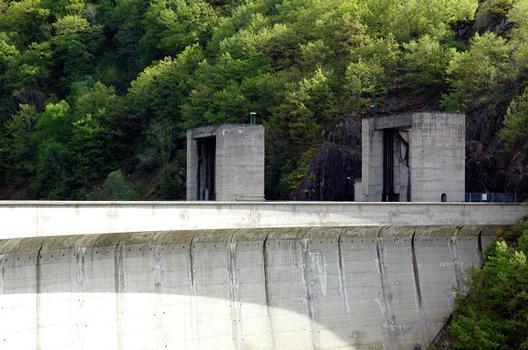 Communes de Saint-Pierre (15350, Cantal) et de Liginiac (19440, Corrèze) - barrage de Marèges , évacuateur de crues rive gauche, portique de manoeuvre des vannes