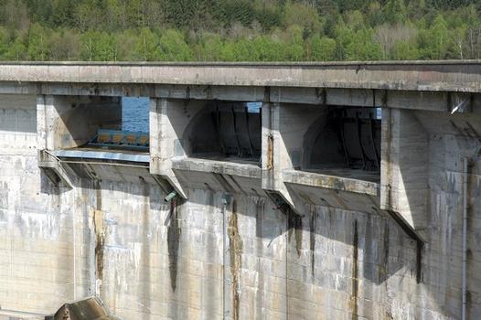 Communes de Neuvic-d'Ussel (19160, Corrèze) et de Serandon (19160) - barrage de Neuvic-d'Ussel , les trois pertuis de l'évacuateur de crues sont équipés de vannes-clapet