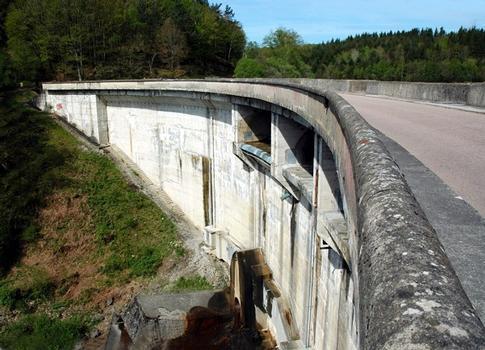 Communes de Neuvic-d'Ussel (19160, Corrèze) et de Serandon (19160) - barrage de Neuvic-d'Ussel , la route D 20 passe sur le barrage