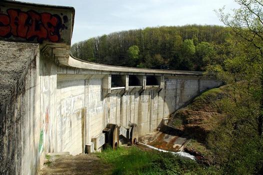 Communes de Neuvic-d'Ussel (19160, Corrèze) et de Serandon (19160) - barrage de Neuvic-d'Ussel (également nommé barrage de la Triouzoune), le débit réservé est délivré par une vanne de fond