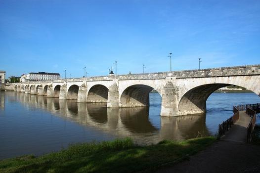 SAUMUR (49400, Maine-et-Loire, Pays de la Loire) - le Pont Cessart sur la Loire : SAUMUR (49400, Maine-et-Loire, Pays de la Loire) - le Pont Cessart sur la Loire
