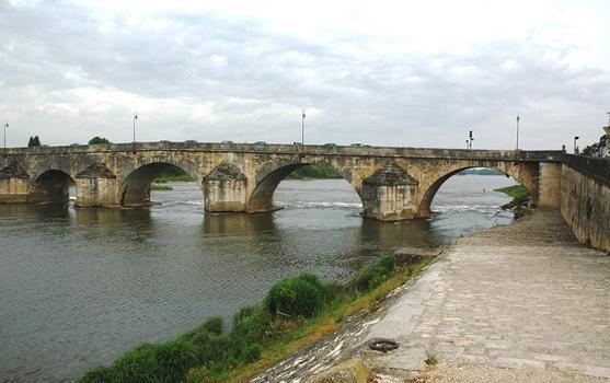 La Charité-sur-Loire (58400, Nièvre) - le Pont-de-Pierre , le quai visible à droite témoigne de l'ancienne activité portuaire de la ville
