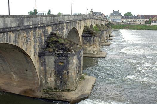 La Charité-sur-Loire (58400, Nièvre) - le Pont-de-Pierre, passage de la route N 151 sur la Loire : La Charité-sur-Loire (58400, Nièvre) - le Pont-de-Pierre , passage de la route N 151 sur la Loire