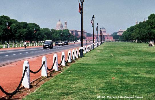 NEW DELHI – Avenue Raj Path et Rashtrapati Bhavan, le palais présidentiel (dans l'axe de l'avenue)