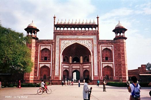 AGRA (Uttar Pradesh) – Le Taj Mahal, porte principale du mausolée (grés rouge et marbre blanc)