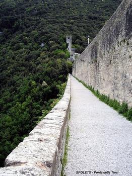 SPOLETE (Ombrie, Pérouse) – PONTE delle TORRI, pont-aqueduc du 14e siècle, la voie piétonne (chemin de Monteluco)