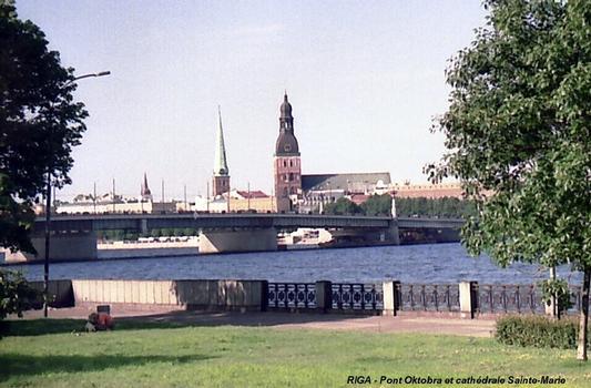 RIGA – Le pont «Oktobra» sur la Daugava et, la Cathédrale Sainte-Marie en arrière-plan
