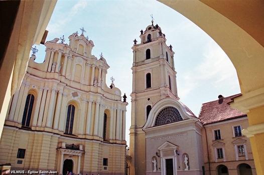 VILNIUS – L'Université (fondée au XVIe siècle), beffroi et façade principale de l'église Saint-Jean (Šv.Jono). D'abord édifiée dans le style gothique au 14e siècle, l'église Saint-Jean a été reconstruite au XVIIIe dans le style baroque lituanien