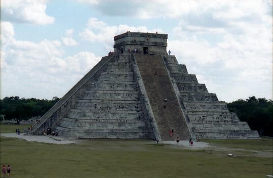 Pyramide de KUKULKAN. L'édifice est dédié au culte de Kukulkan, c'est le nom Maya de «Quétzalcoatl»,le «serpent recouvert de plumes de quetzal», et principale divinité des Aztèques et de leurs ancètres les Toltèques