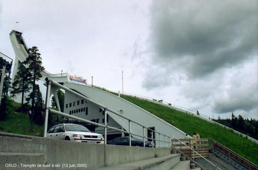 OSLO - Tremplin de saut à ski de HOLMENKOLLEN, à la belle saison une scène est installée dans la fosse de réception et le site accueille spectacles et concerts (la hauteur de la tour est de 55 m)