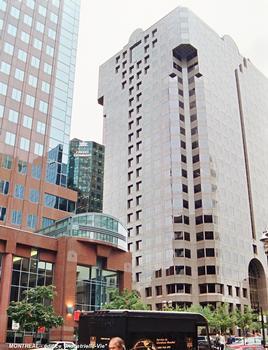 MONTREAL (Montréal) – Edifice « l'Industrielle-Vie » aux façades de granit rouge, érigé en 1986 sur l'Avenue Mc Gill Collège