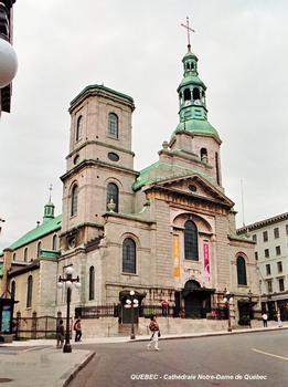 QUEBEC (Région Capitale-Nationale) – Basilique-Cathédrale « Notre-Dame de Québec », c'est la plus ancienne cathédrale d'Amérique du Nord. La façade néo-classique est de 1843 (architecte Thomas Baillargé). L'église a été reconstruite à l'identique en 1930, après un incendie en 1922