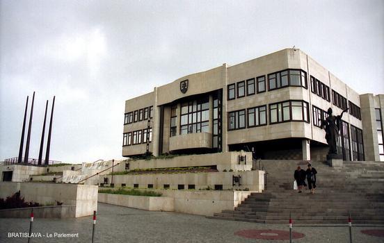 BRATISLAVA – Le Parlement de la République slovaque, voisin du Château historique