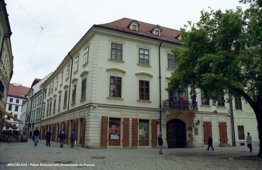 BRATISLAVA – Au n°7 de Hlavé namestie, le Palais Kustcherfeld, siège de l'Ambassade de France