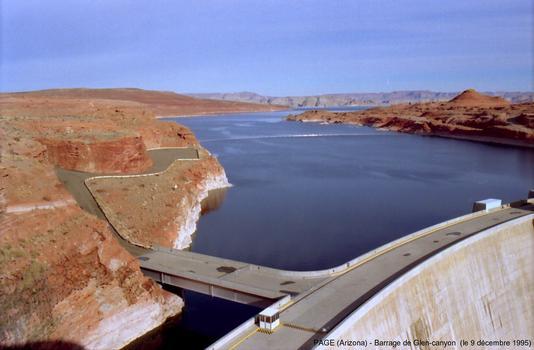 Page (Arizona) - Barrage de Glen Canyon. La retenue de ce barrage forme le Lake Powell, d'une capacité de 32 Gm³ (32 milliards de mètres-cubes)