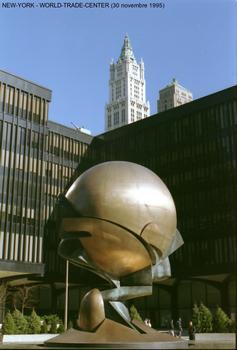 NEW-YORK - World-Trade-center, au milieu de l'esplanade,la «sphère de bronze», oeuvre du sculpteur allemand Fritz König