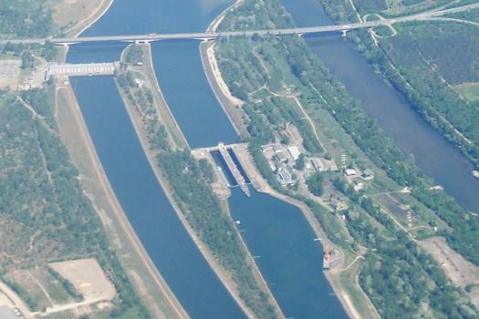 Ottmarsheim - Autobahnbrücke über dem Wasserkraftwerk und den Schleusen