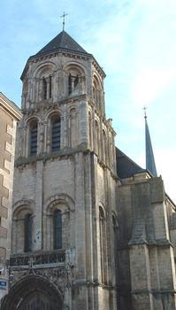 Eglise Sainte Radegonde de Poitiers. Le choeur et le clocher-porte remontent à la consécration de 1099 alors que la nef a été réédifiée au XIIIème siècle et le portail au XVème siècle