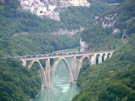 Viaduc SNCF sur le Rhône dans le défilé de l'Ecluse (01/ain)