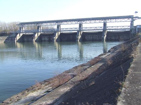 Barrage sur le Rhin à Kembs (68/Haut-Rhin/Alsace). Ce barrage régule de débit du Rhin et maintient à un niveau quasi constant le niveau du Grand Canal d'Alsace.C'est le premier ouvrage en amont avant la frontière Suisse.