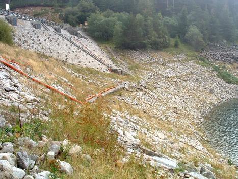 Barrage-retenue du Lac Noir dans le massif des Vosges (Département du Haut-Rhin) en période de bas niveau des eaux