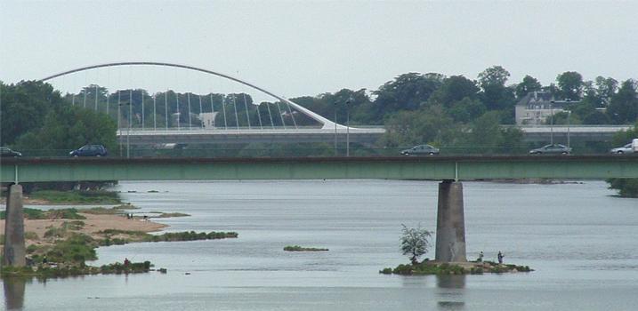Orléans: Le Pont Joffre (premier plan) et le Pont de l'Europe (second plan)sur la Loire