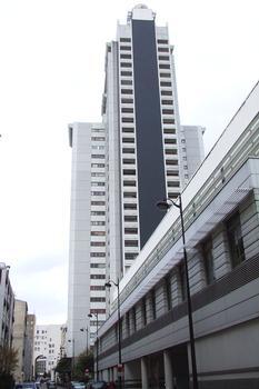 Paris XVè: Immeuble résidentiel «Supermontparnasse» 15, rue Pitard. Composition hors sol de l'immeuble: 1 RdC - 1 Entre sol - 28 étages standard - 2 étages spéciaux - 1 niveau technique.  (Niveaux souterrains: non déterminés). Hauteur aérienne, hors du sol, côté sud: 91,9 m