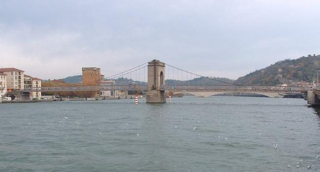 Passerelle piétonnière suspendue au-dessus du Rhône à Vienne