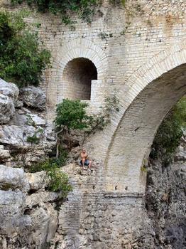 Saint-Jean-de-Fos - Pont du DiableDétail de la décharge aménagée dans la pile-culée: Saint-Jean-de-Fos - Pont du Diable Détail de la décharge aménagée dans la pile-culée