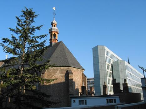 DuMont-Carree, Schwarze Muttergottes und Vierscheibenhaus, Aussenfassade aus Glas