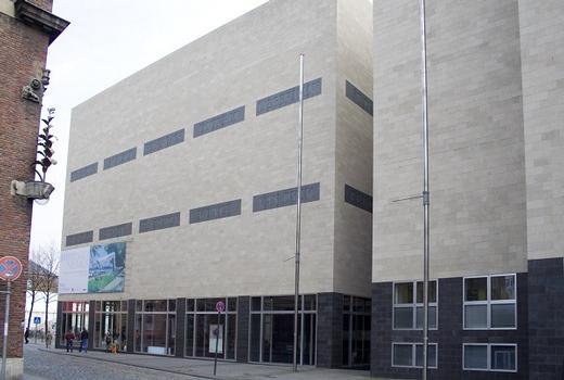 Neues Wallraf-Richartz-Museum: Das kubische Gebäude zwischen Rathaus und Gürzenich, wurde von dem Architekten Oswald Mathias Ungers entworfen