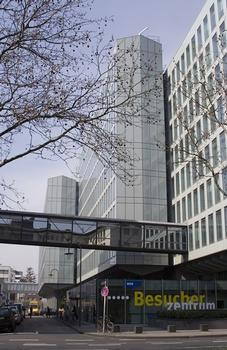 WDR-Vierscheibenhaus, Aussenfassade aus Glas, Eingang am Appellhofplatz 1 - mit Verbindungsgang zum Gebäude WDR-Arkaden - Elstergasse