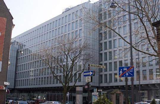 WDR-Vierscheibenhaus, Aussenfassade aus Glas, Eingang am Appellhofplatz 1 Ansicht von der Neven-DuMont-Str./Appellhofplatz