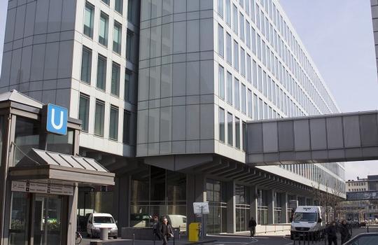 WDR-Vierscheibenhaus, Aussenfassade aus Glas, Eingang am Appellhofplatz 1 Ansicht von der Neven-DuMont-Str. mit Übergang zum WDR-EDV-Haus