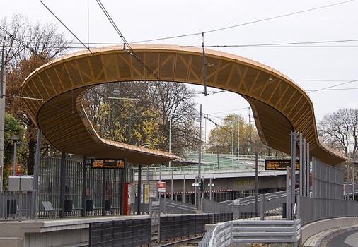 Umgebaute KVB-Haltestelle Zoo/Flora am 17.09.2010 fertiggestellt. Das geschwungene Dach wurde vom Bochumer Architekturbüro Rübsamen und Partner entworfen