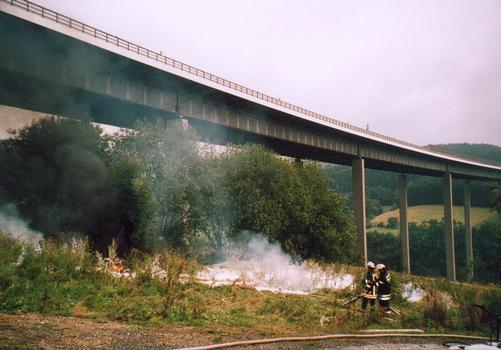 Die Wiehltalbrücke während der abschließenden Löscharbeiten nach dem Tanklasterunglück vom 26.08.04