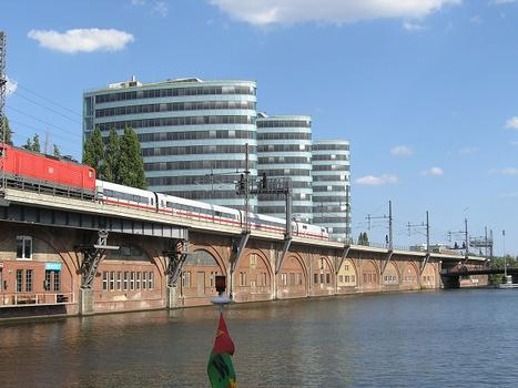 Stadtbahntrasse an den Trias Towers