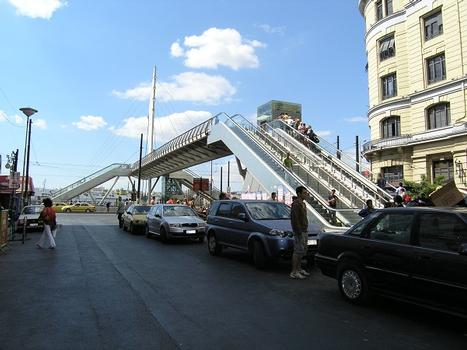 Fußgängerbrücke an der Metrostation Piräus