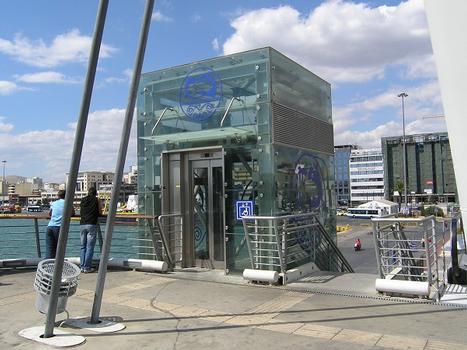 Passerelle d'accès de la station de métro du Pirée