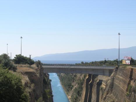Pont-autoroute sur le canal de Corinthe