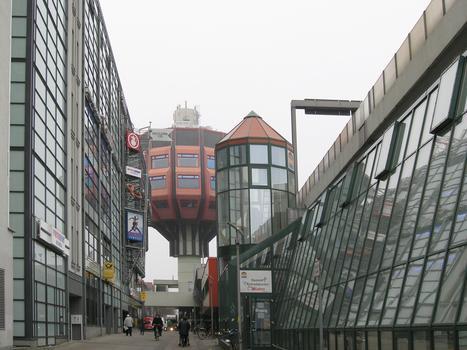 Einkaufszentrum «Schloss 110» (links), Bierpinsel (mitte), Joachim-Tiburtius-Brücke (rechts), Berlin-Steglitz