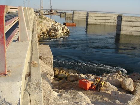 Brücke im Strassendamm zur Insel Djerba