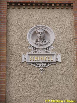 Medaillon Karl Friedrich Schinkels, angebracht an der ehemaligen Gewerbeschule in Magdeburg