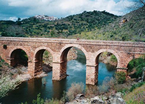Internationale Brücke in Segura