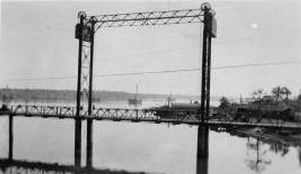 Bridge with the concrete counterweights which were removed in the 1940's. Photographer unknown.