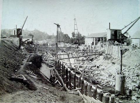 Les travaux de mise au gabarit Freycinet du site des deux écluses de Bourg-le-Comte, sur le canal de Roanne à Digoin, rassemblées en une seule de haute chute en 1899.